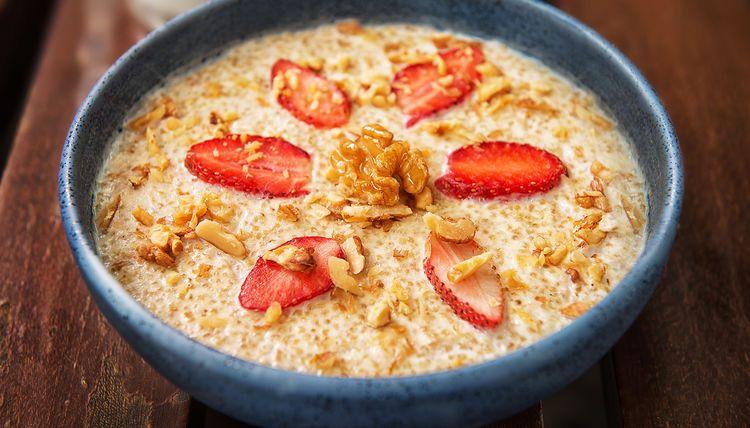Quinoa Porridge mit Walnüssen und Kokosmilch