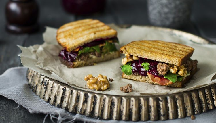 Grill-Sandwich mit Hackfleisch, Walnuss-Butter und Zwiebel-Marmelade