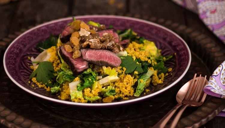 Couscous Romanasalat mit Rindfleischstreifen und Rosinen-Walnuss Crunch