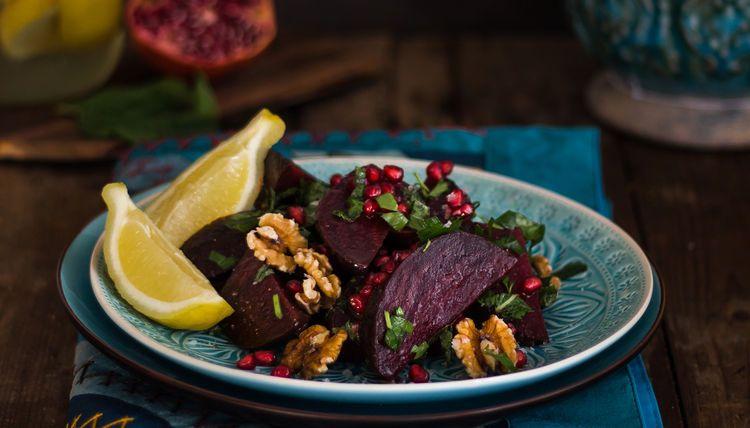 Rote Bete-Salat mit Salzzitronen, süßen Granatapfelkernen und knackigen gesalzenen Walnüssen.