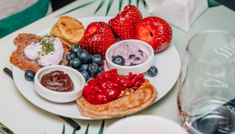 Ein Sommertagstraum - Walnuss-Pfannkuchen mit Erdbeeren, Schokolade und Honig