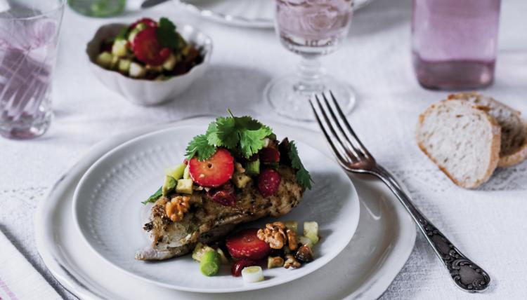 Ein Sommertagstraum - Walnuss-Erdbeer-Salsa mit gegrilltem Hähnchenbrustfilet