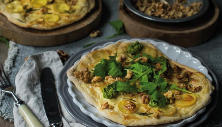 Walnüsse im Bauch: Kartoffel-Flammkuchen mit Rucola-Walnuss-Pesto