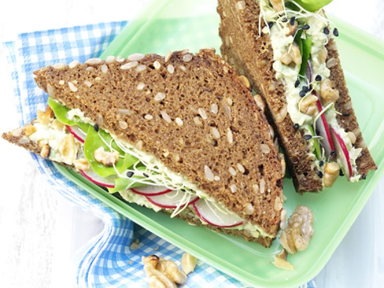Sandwich mit Avocado-Walnuss-Creme