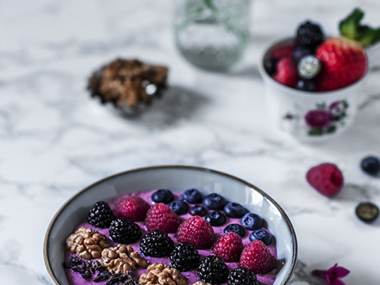 Waldbeeren-Smoothie-Bowl