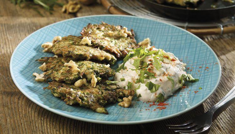Zucchinipuffer mit Petersilie, Dill und Walnüssen dazu Rucolaquark